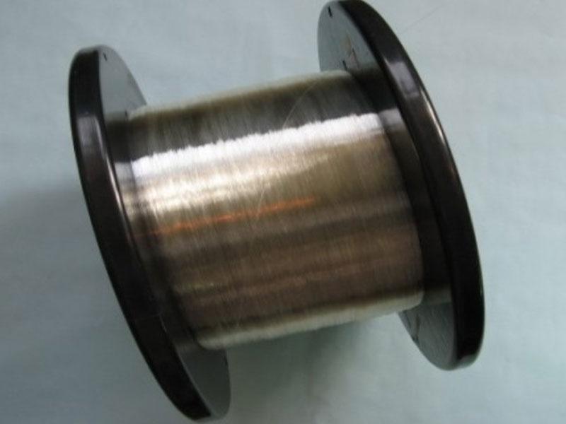石英单模光纤 1.技术说明   (1)单模光纤芯径小(10微米左右),仅允许一个模式传输,色散小,工作在长波长(1310nm和1550nm),与光器件的耦合相对困难,不能用于大功率激光和医疗激光等传输;   (2)多模光纤的通光芯径大,允许数百个模式传输,色散大,可工作在200nm~2200nm各个光波段上,与光器件的耦合相对容易,但不能应用于传输单一光信号的光通信上;   (3)在单模光纤中,光以单一路径通过这种光纤,以小功率发光二极管或激光器为光源。在多模光纤中,光以多重路径通过这种光纤,以大功率发光